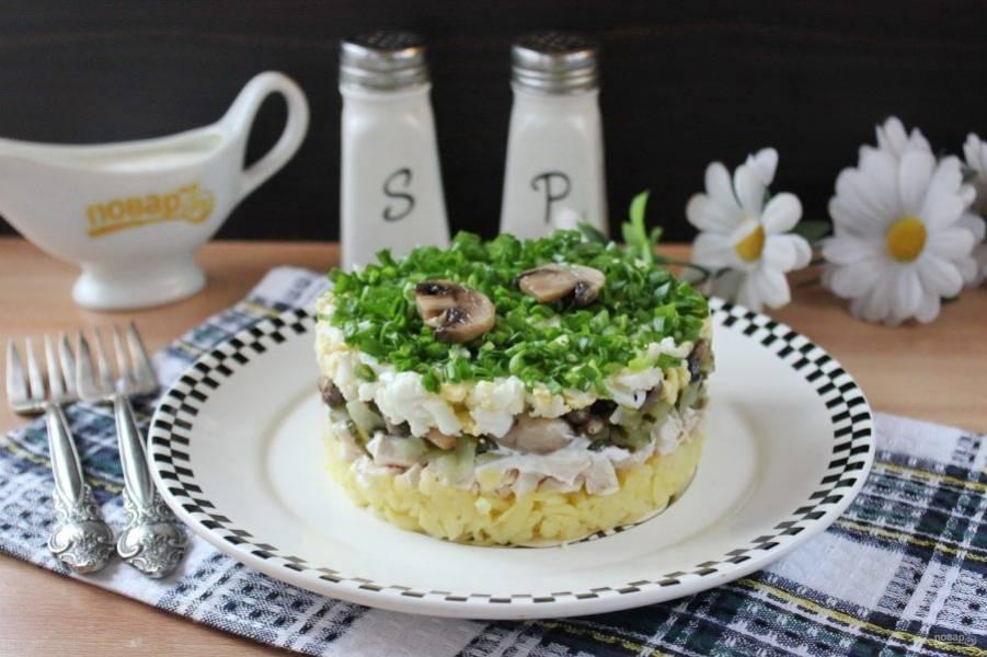 Слоеный салат с курицей и картофелем готов. Подавайте к столу в будни и праздники.