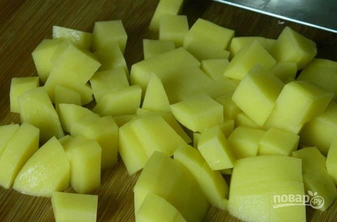 Картофель промываем, очищаем от кожуры и нарезаем среднего размера кубиками.