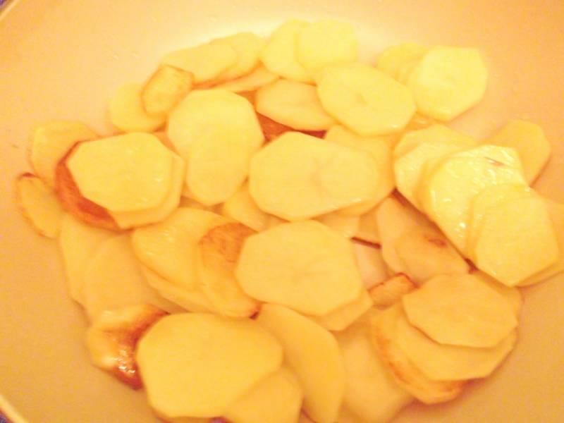 1. Картофель режем тоненькими пластинками, и обжарим на растительном масле до румяного цвета с каждой стороны. Немного посолите и отложите в сторону.