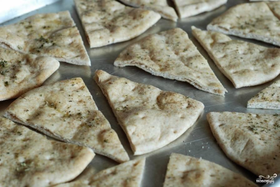Посыпаем лаваш солью, перцем, орегано и выкладываем на противень, застланный пергаментной бумагой (можно просто смазать маслом, чтобы не подгорело). Ставим в духовку, разогретую до 205 градусов. Запекаем 5 минут, затем переворачиваем каждый кусочек и запекаем еще 5 минут.