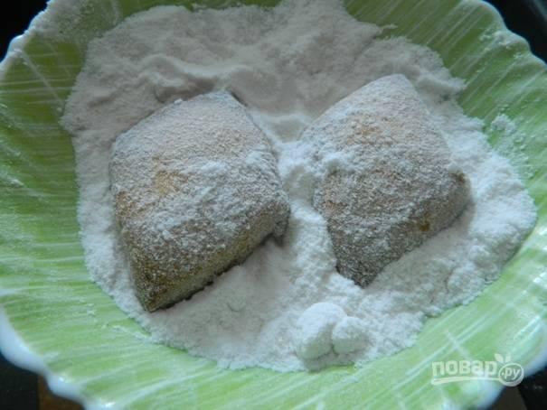 9. Пусть печенье немного остынет и тогда обваливаем его в сахарной пудре.