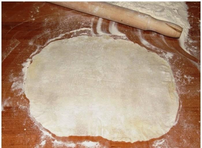 Замесите тесто из муки, 0,7 стакана молока, 100 грамм сливочного масла, 0,5 стакана сахара, 1 яйца. Добавьте растительное масло и соду, погашенную уксусом. Разделите тесто на 10-12 равных частей и раскатайте в тонкие круглые коржи. Их нужно обжарить на сковороде с двух сторон под крышкой до легкого румянца.