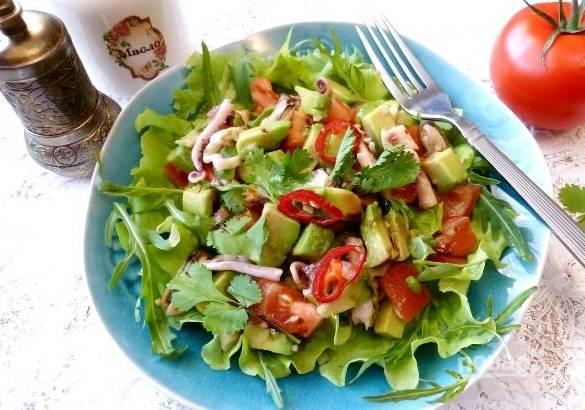 4. Сверху кладем смесь с морепродуктами. Заправляем теперь смесью из соевого соуса, соком лимона, масла и специй. Вот такая красота получится! Приятного аппетита!