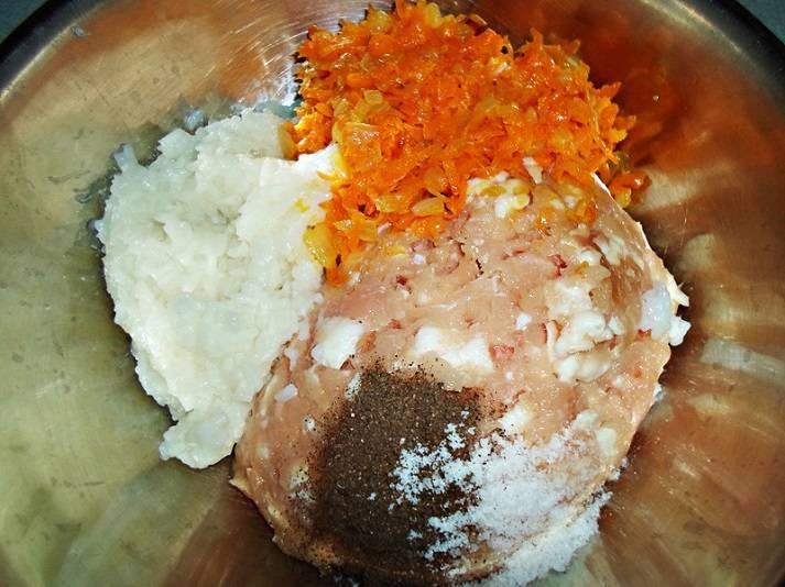 Отварите рис до готовности. В кастрюлю добавьте фарш, рис и половину овощей.