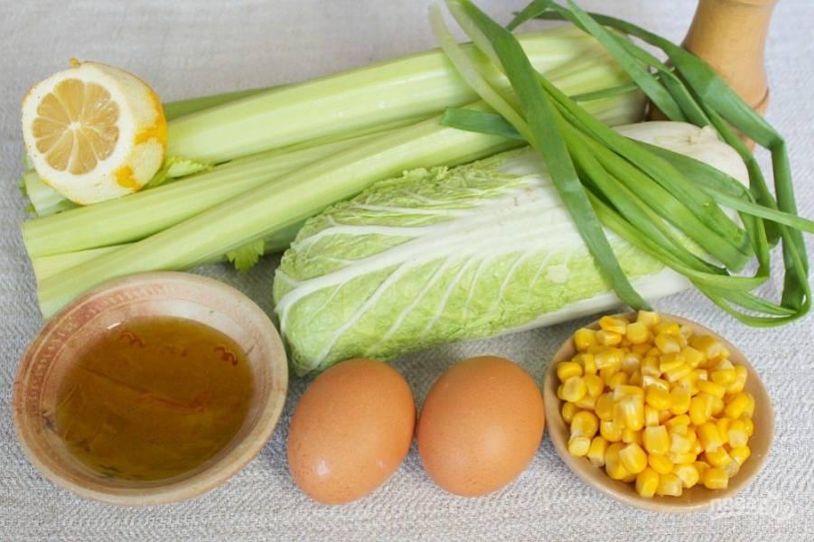 Подготовим ингредиенты. Сельдерей, капусту и лук моем. Яйца отвариваем.