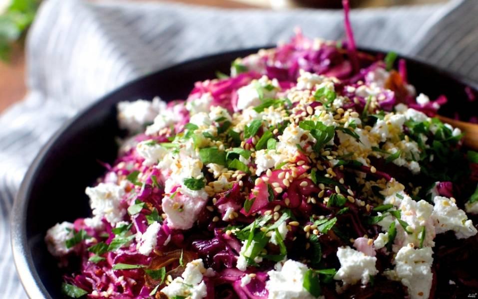 3. Заправляем смесью из лимонного сока и оливкового масла, посыпаем специями и кунжутом. Салат готов. Приятного аппетита!