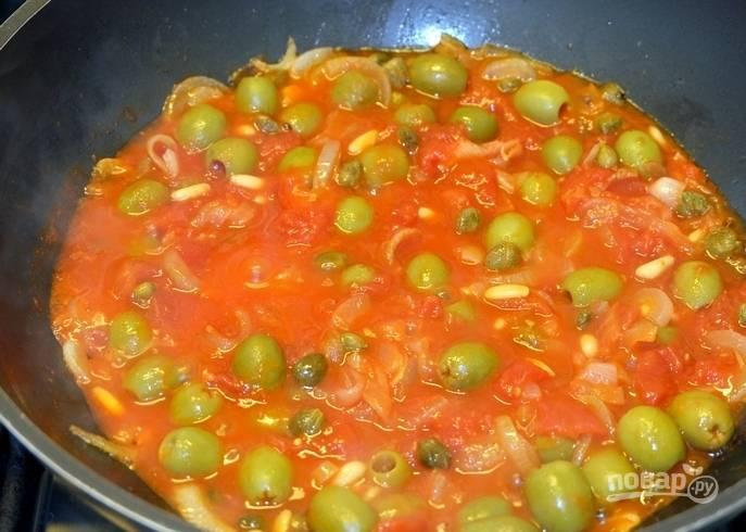 11. Вливаем томатную пасту с помидорами и тушим еще 5 минут.