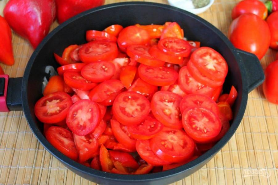 Затем добавляем нарезанный кружочками помидоры.