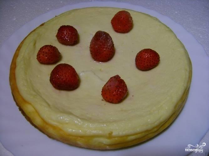 Готовый творожный пирог с лимоном можете подавать как в теплом виде, так и дав ему остыть. По желанию украсьте ягодами.