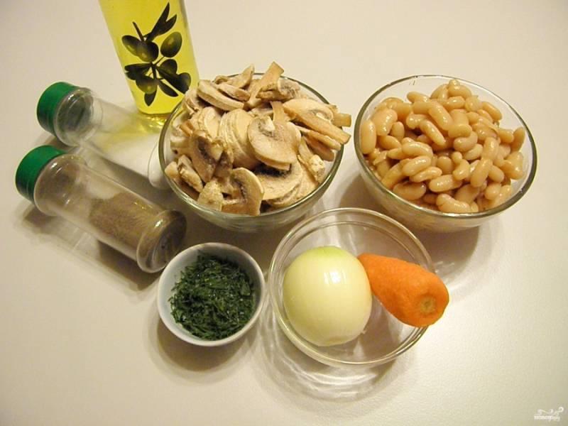 Подготовьте продукты для салата. Этот салат можно приготовить из фасоли консервированной или вареной. Я заранее отварила в соленой воде стакан фасоли, остудила и слила воду. Если грибы у вас свежие, то вымойте их и порежьте тонкими платинками.