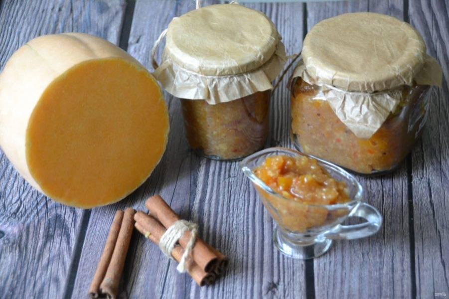 Разложите чатни по подготовленным (стерилизованным) банкам. Из такого объема продуктов получается около 700 граммов соуса.