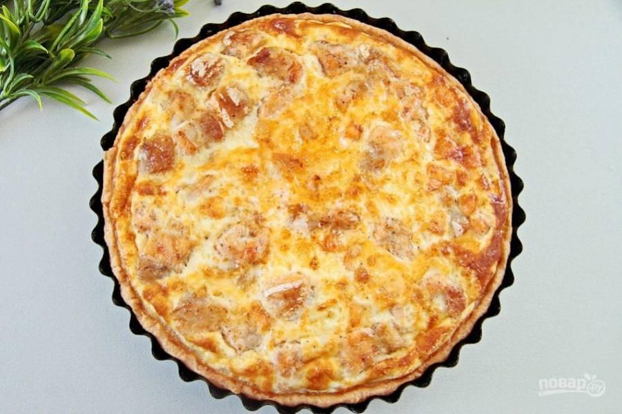 Аккуратно поставьте форму в заранее разогретую до 180*с духовку и выпекайте пирог до румяного верха около 40 минут. Киш с лососем готов!