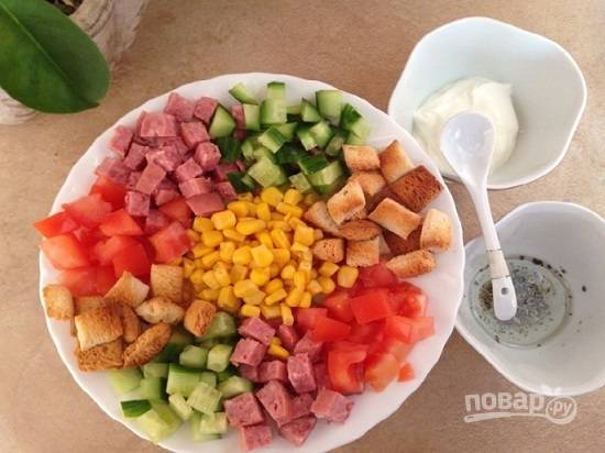Заправки к этому салату подаются отдельно. Для одной смешаем растительное масло, лимонный сок и травы. А во втором соуснике подаем майонез или сметану.