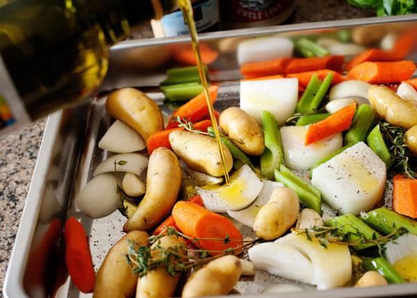 2. Полейте оливковым масло. Можете взять и любое другое растительное масло, однако без ярко выраженного запаха.