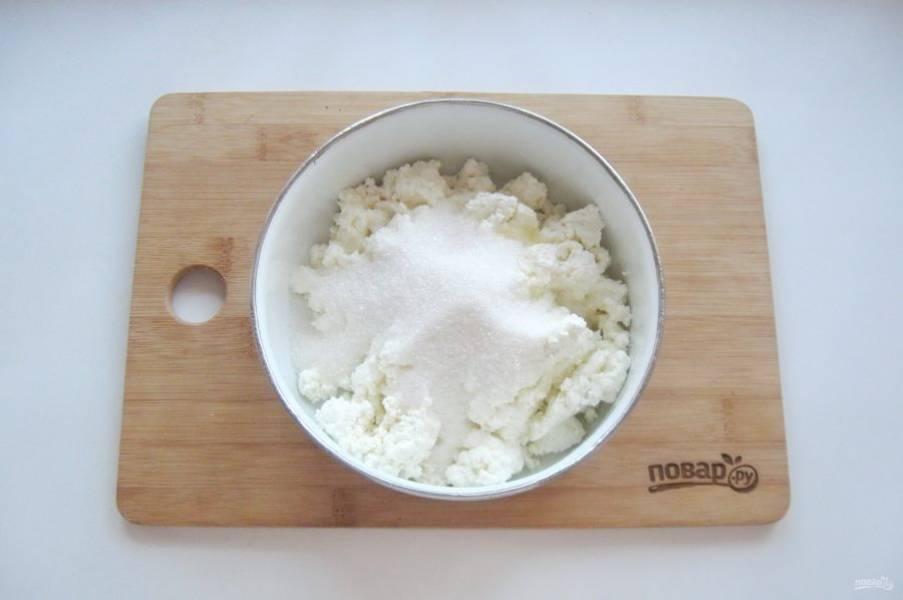 7. Всыпьте сахар и ванильный сахар.
