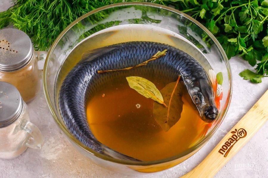 Выложите сельдь в глубокую миску или контейнер, залейте приготовленным рассолом и вынесите на холод. Оставьте на 2-3 дня, можно и дольше. Каждый день переворачивайте рыбу на другую сторону, чтобы она равномерно засолилась.