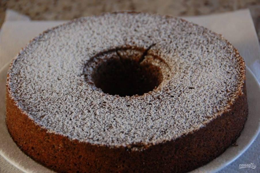 9.Переложите пирог на тарелку, посыпьте сахарной пудрой и подавайте к столу.
