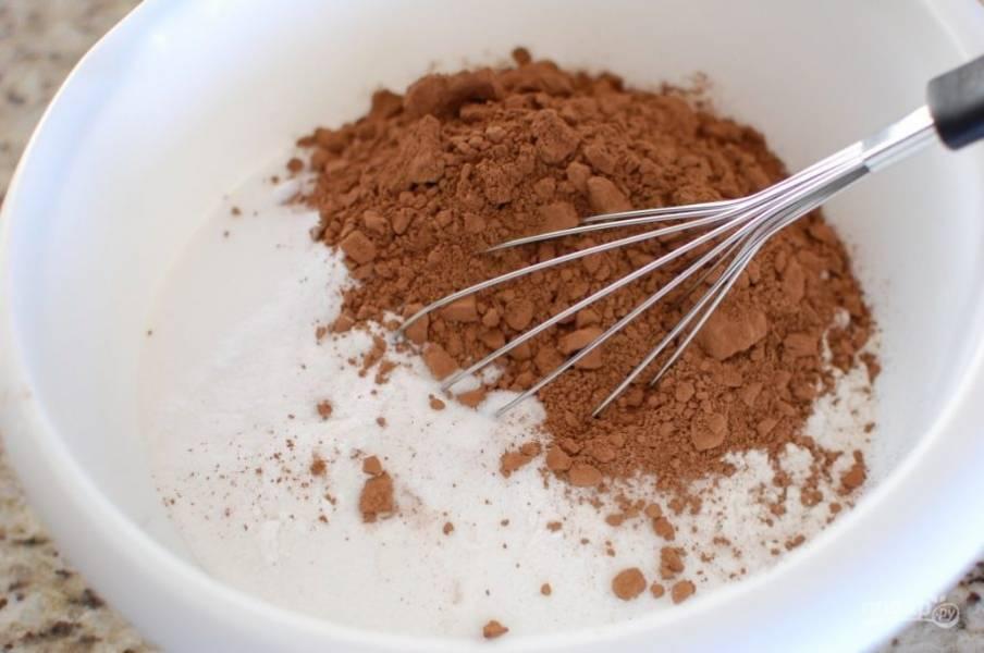 2.Муку соедините с какао, сахаром, солью, разрыхлителем, содой.