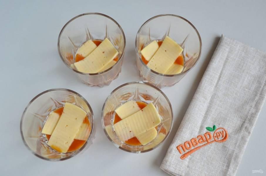 На соус положите ломтики сыра, его можно порезать или порвать руками. Используйте сыр, который легко плавится, отличный вариант - моцарелла.