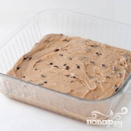 2. Перемешать с шоколадными чипсами и вылить тесто в подготовленную форму. Выпекать в течение 20 минут.