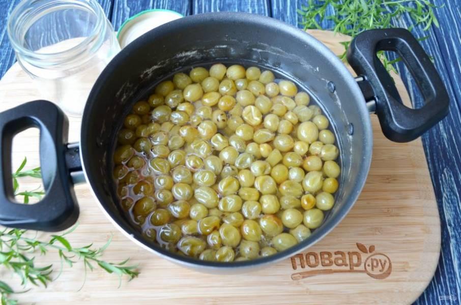 После остывания доведите ягоды в сиропе до кипения, варите на медленном огне 25-30 минут. Варенье готово! Храните его в холодильнике в баночках до востребования. Приятного!