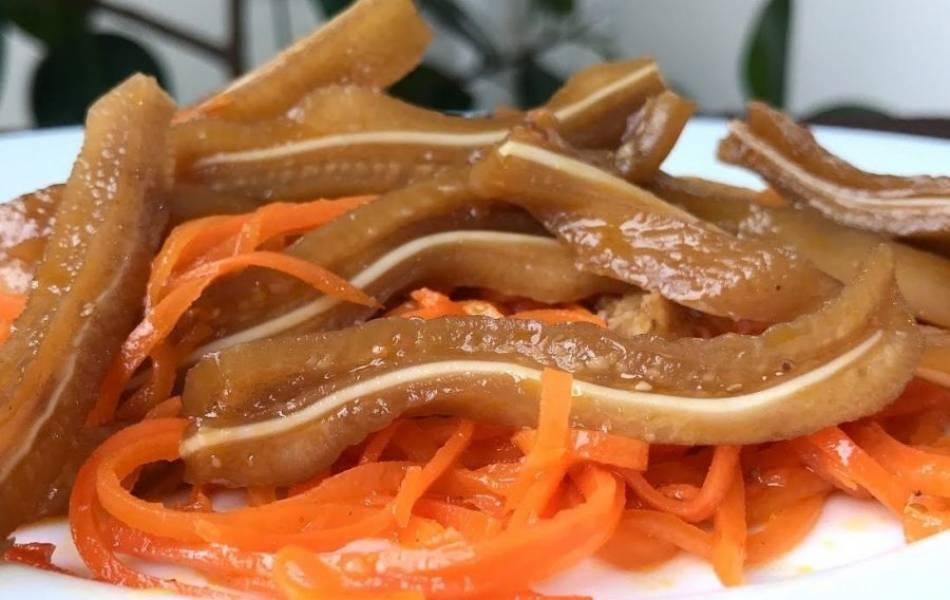 3.  Залейте соломку соусом, накройте крышкой и дайте настояться в течение 3-4 часов. Ушки переложите к моркови. Приятного аппетита!