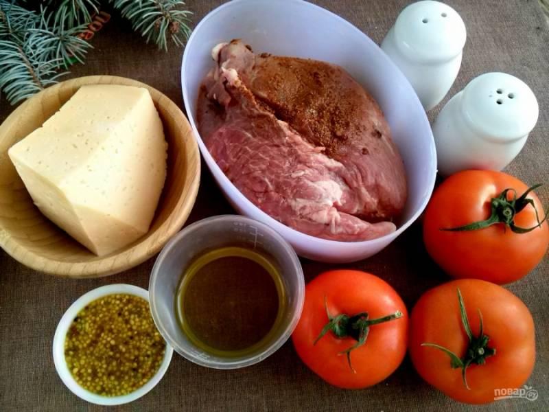 Подготовьте необходимые продукты. Мясо натрите смесью специй и оставьте мариноваться на 30 минут.