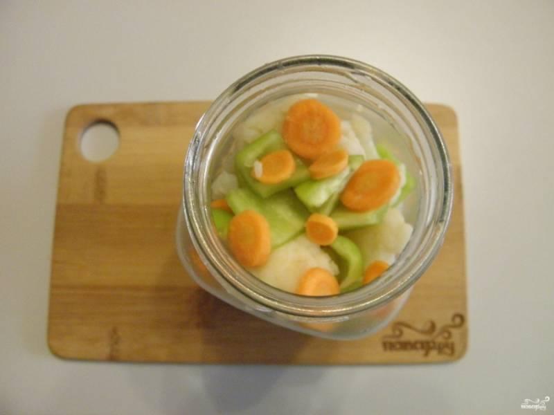 В стерильную баночку на дно уложите часть перца и моркови. Заполните треть баночки капустой. Далее — снова перец и морковь, капуста. Вложите по лавровому листочку на баночку и по 1-2 перчинки острой.
