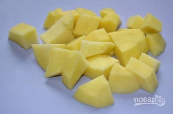 3. Пока обжаривается мясо, нарежьте кубиками картофель.
