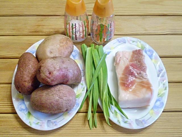 1. Картофель тщательно вымыть губкой. Сало сполоснуть под водой и ножом хорошо очистить шкуру.
