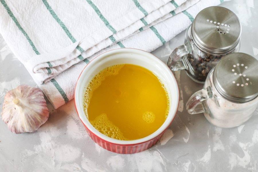 Соедините в пиале или миске мед с растительным маслом, уксусом и солью. Влейте 150 мл. воды.