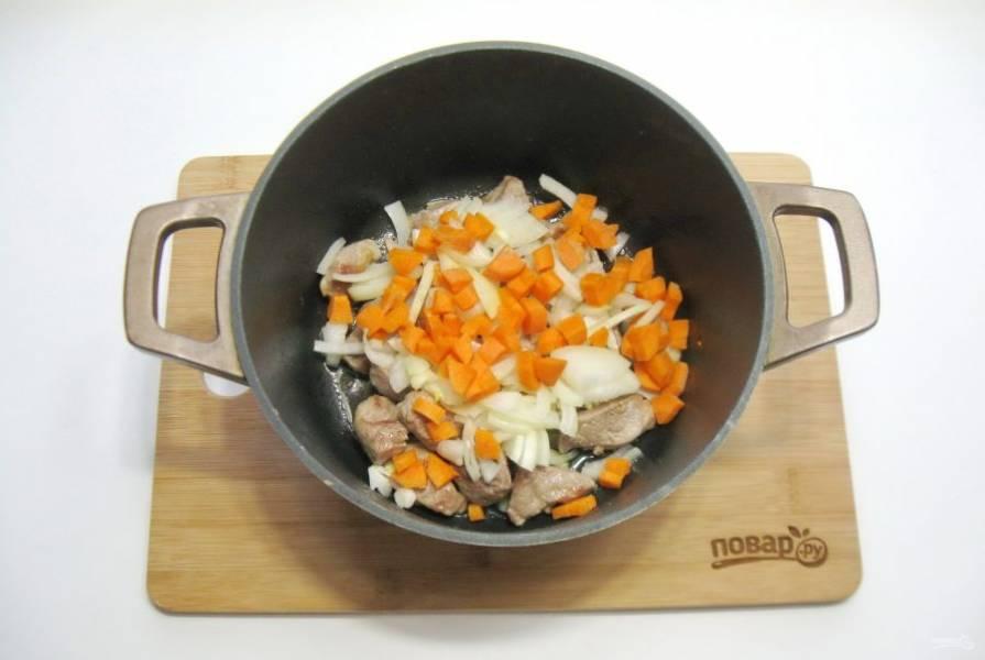 Морковь очистите, помойте и нарежьте мелкими кубиками. Добавьте в кастрюлю.
