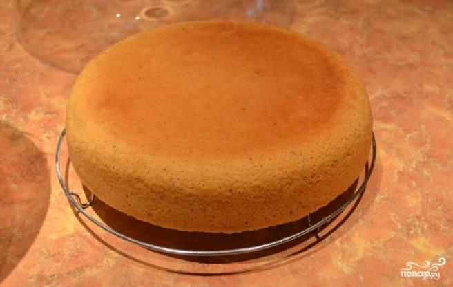 1.Сначала подготовьте тесто. Яйца взбейте с сахаром до получения пышной пены. В пену введите масло комнатной температуры, измельченные орехи. Просейте муку и всыпьте в тесто. Все перемешайте. Нанесите на форму масло, выложите тесто и пеките по времени до часа при 180 градусах.