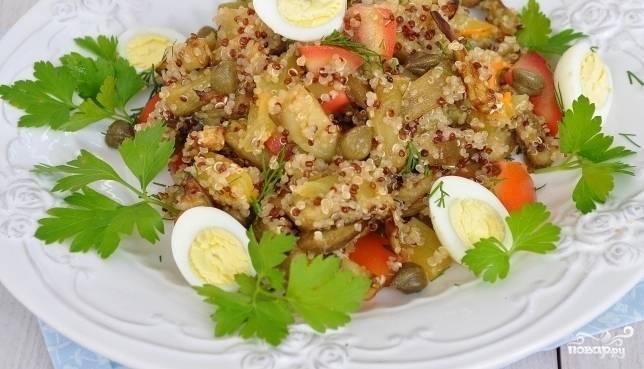 Выложите все ингредиенты в салатницу. Сверху уложите каперсы, разрезанные яйца и зелень. Залейте салат заправкой. Приятного аппетита!