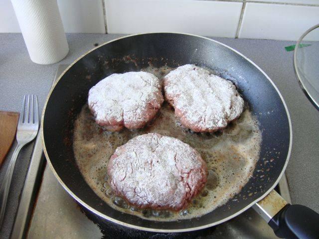 4. Формируем котлеты не слишком большой толщины. Отправляем их жариться на растительном масле с двух сторон. Лучше делайте бифштекс для гамбургера в домашних условиях тоньше.