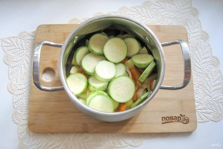 Добавьте предварительно помытые и нарезанные кабачки.