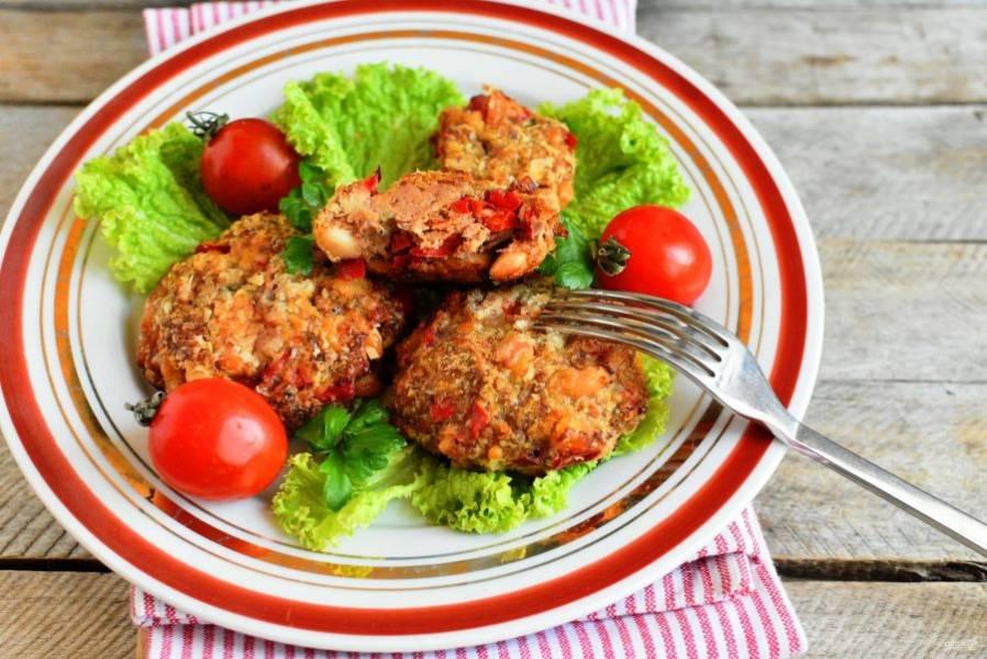 Подавайте котлеты на салатных листьях, добавив свежие овощи.