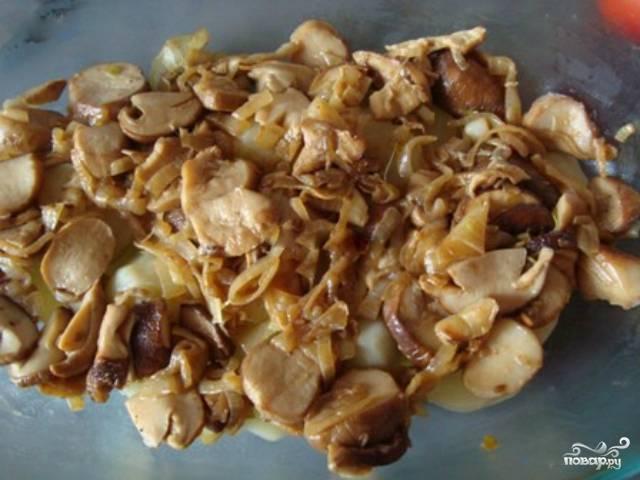 4. Возьмите глубокое блюдо для запекания, смажьте его с внутренней стороны небольшим количеством растительного масла. Выложите слой из сваренной картошки, нарезанной дольками. Далее выложите слой зажарки из репчатого лука и грибов. Сверху равномерно полейте сливками.