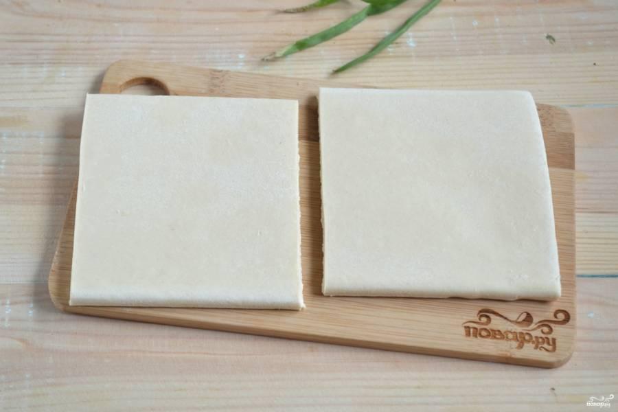 Тесто слегка разморозьте, чтобы при сгибании оно не ламалось. Порежьте тесто на квадраты примерно 10 на 10 см.