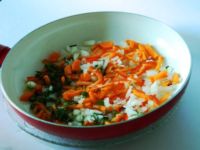 Чистим и нарезаем лук, чеснок, морковь и перец. Нарезаем соломкой и обжариваем минут 5 на растительном масле. Добавляем чеснок и через минутку томатную пасту.  Помешивая жарим еще минутку-другую.