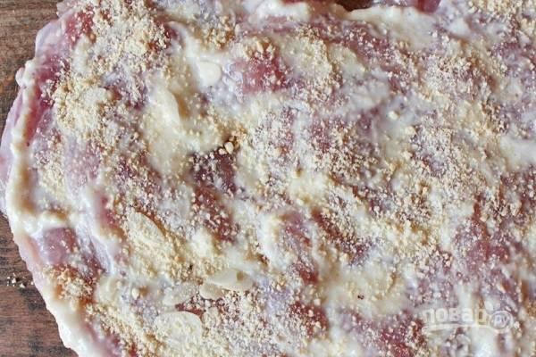 3. Получившимся соусом смажьте филе (часть оставьте), добавьте чеснок. Затем измельчите орехи и посыпьте филе (1/3 часть оставьте).