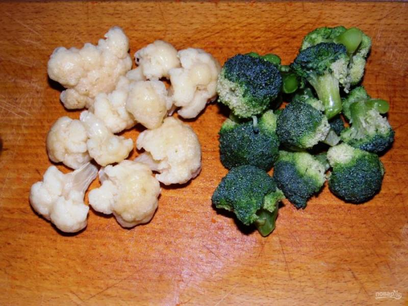2. Желудки варятся около 45 минут. Тем временем отдельно отварите цветную капусту и капусту брокколи. Разберите соцветия и отварите 5-7 минут в подсоленной воде.