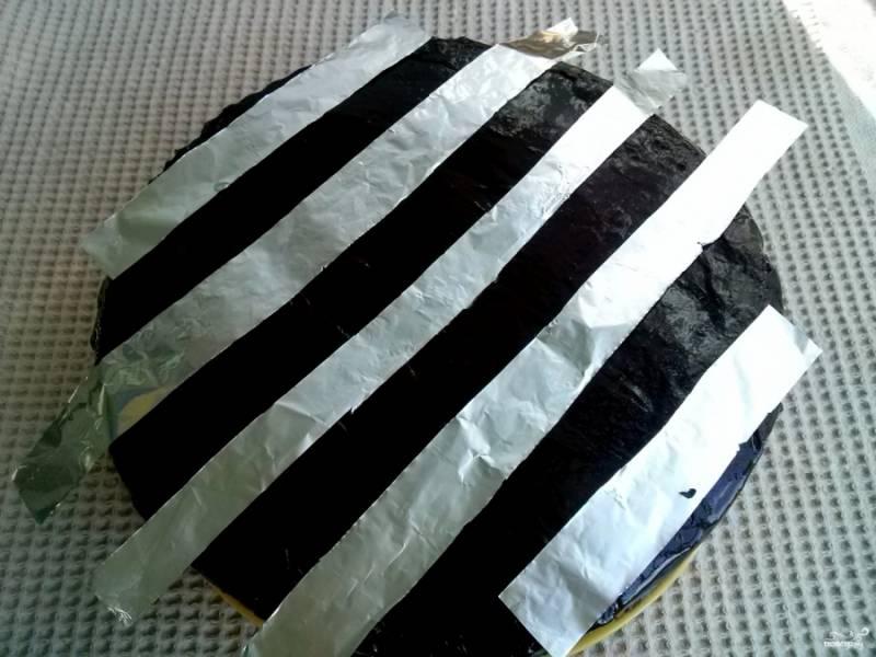 8. Сверху его можно украсить по своему вкусу. Прикройте торт полосками из фольги.