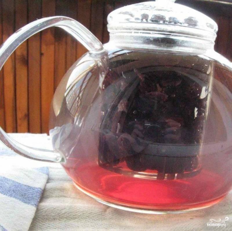 Кладем промытый изюм в заварочный чайник. Заливаем кипяченой водой.