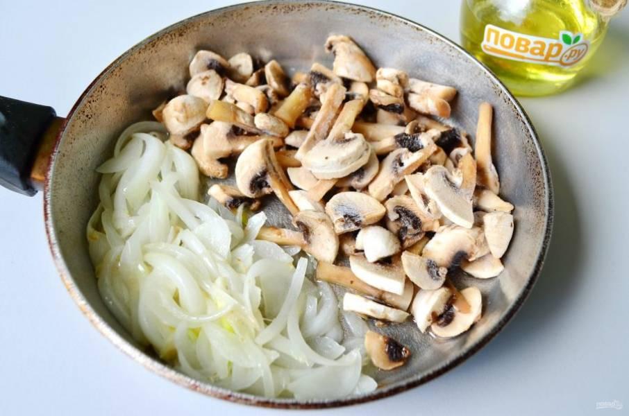 Очистите луковицу и порежьте полукольцами. Обжарьте на растительном масле до мягкости. Грибы подойдут как свежие, так и замороженные, порезанные пластинками. Добавьте грибы к луку и доведите все до готовности.