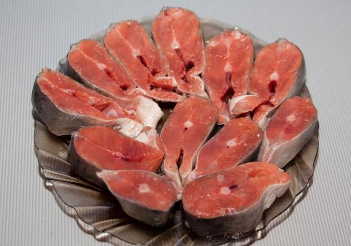 Рыбку потрошим (если нужно), очищаем от чешуи, убираем плавники, промываем горбушу и нарезаем ее на порционные куски.