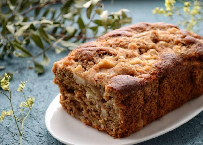 Разогрейте духовку до 175 градусов. Выпекайте хлеб 35-45 минут до сухой шпажки.