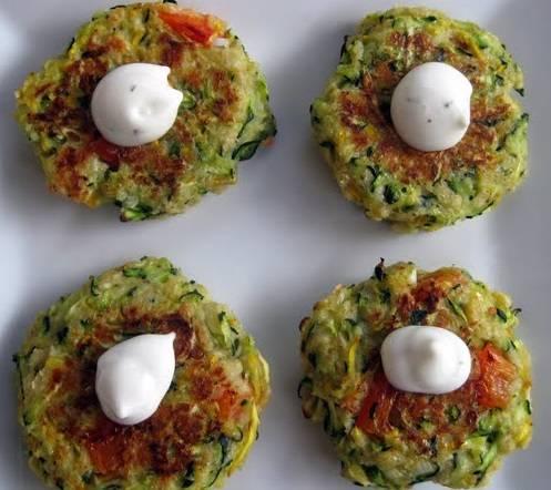 6. Подавайте оладьи из кабачков со сметаной. Приятного аппетита!