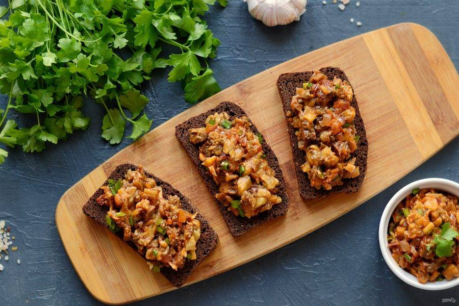 Подавайте донские баклажаны на поджаренных хлебцах. Приятного вам аппетита!