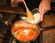 Как масло начнёт пениться закиньте лук, чеснок, сельдерей и морковку.